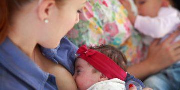 Bjelovar 25.6. 2015   Dojenje i razmjena iskustva o dojenju i majčinstvu na potpornoj grupi za dojenje u oridinaciji dr. Marije Čatipoović. Potporne grupe za dojenje koje vode patronažne sestre Doma zdravlja Bjelovar se obično sastoje od 4 do 5 majki koje su pod vodstvom patronažne sestre u prilici dobiti sve informacije o ranim danima majčinstva te međusobno razmijeniti iskustva.