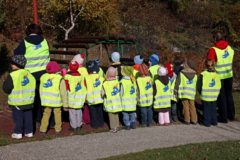 Fluorescentni prsluci za siguran put djece u školu